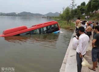 湖北黄石一公交车坠湖 (29图)