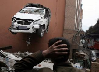 重庆轿车穿墙悬挂半空 (29图)