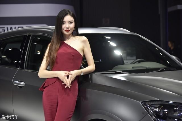同样是宝沃汽车的模特,在外国小姐姐旁边,宝沃选择了一位中国韵味较浓