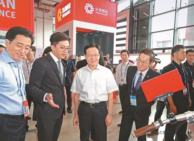 东博会体验造型科技感十足的新能源汽车