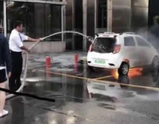 疑似江铃E100B电动汽车发生自燃 幸好被酒店人员扑灭