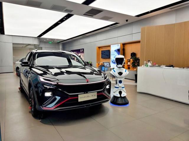 R汽车门店正式启用直播机器人 提供智能看车新方案