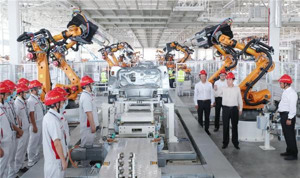 许家印视察恒大汽车基地 未来产能每分钟一台