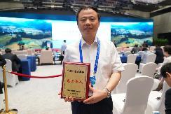 在中央领导和联合国官员的见证下,天能集团董事局主席张天任又领了国家级大奖