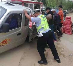 警民合力,救出深陷沙土的三轮车
