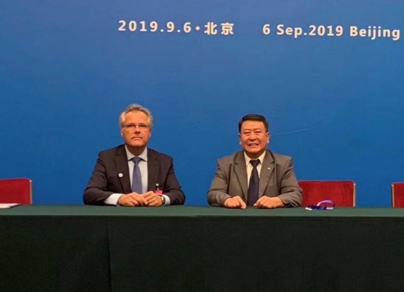 恩智浦全球总裁Kurt Sievers(左)与北汽集团党委书记、董事长徐和谊(右)共同签署了合作协议