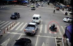 行人闯红灯被撞身亡,法院两次判司机主责!网友:这是让弱者凌驾法律之上