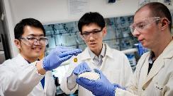 阳光照塑料变燃料!南洋理工让塑料变燃料供氢燃料电池汽车使用