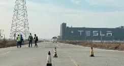 直击上海特斯拉复工首日:单人座大巴运送员工入厂,安保防疫升级
