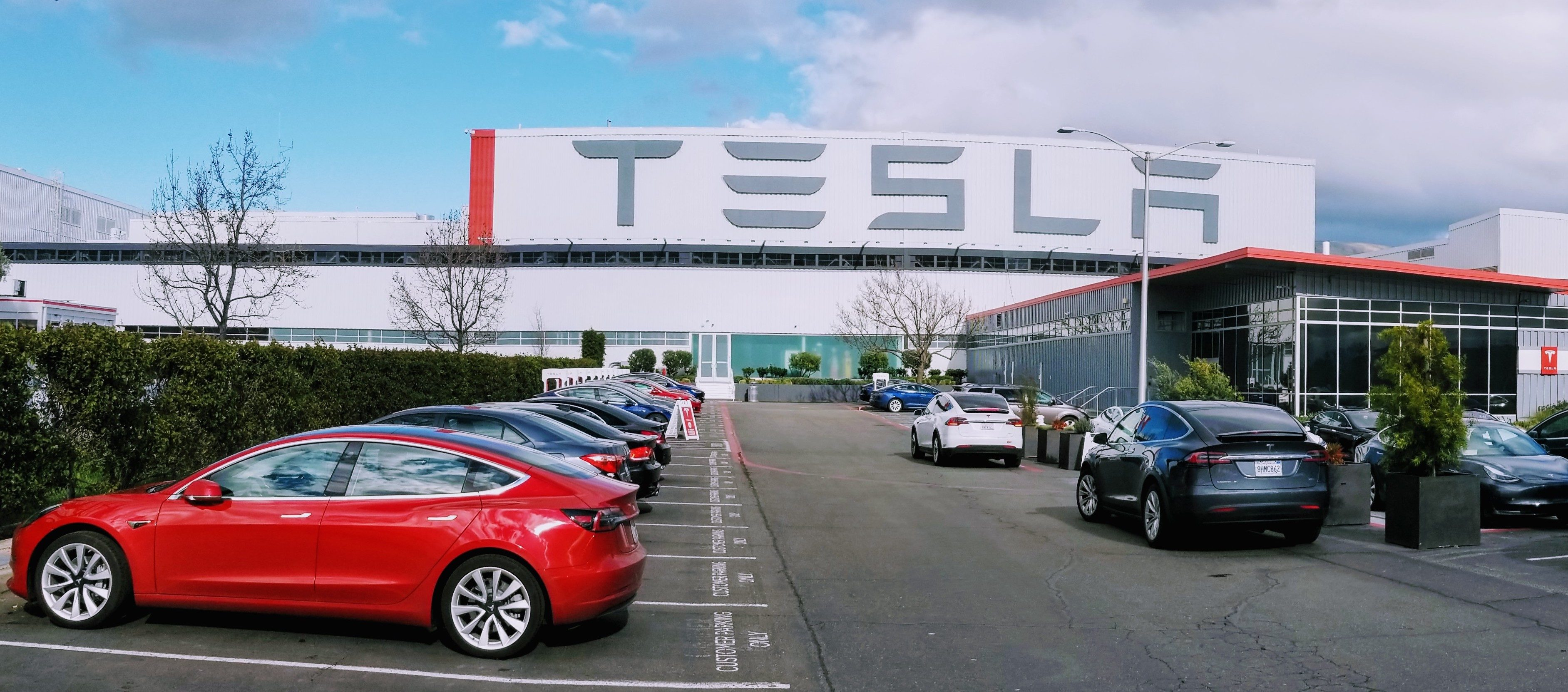 tesla-fremont-factory-wide-store-superchargers-1-e1553218465825.jpg
