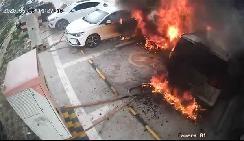 郑州日产电动车充电起火,火光冲天三辆车被烧成车架,充电站关停