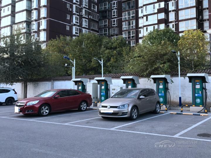 充电难!新能源车位被燃油车占,停车问题令车主头疼